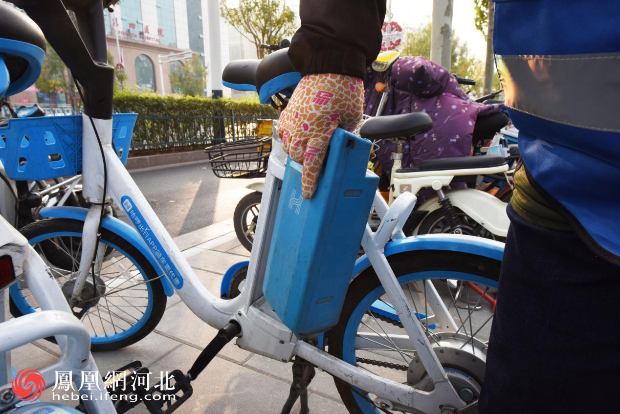 李师傅每天都会骑着装载了几十块电池的车子,在街头找寻缺电的助力车,及时为它们更换电池