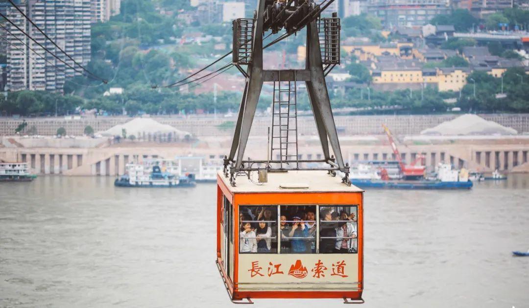 它更适合 第一次拜访重庆的朋友 ,一次性领略重庆的三种风情,绝对秒杀95%以上游客;