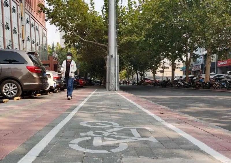 10月25日,保定市一处自行车停放点空空荡荡。中青报·中青网记者 耿学清/摄