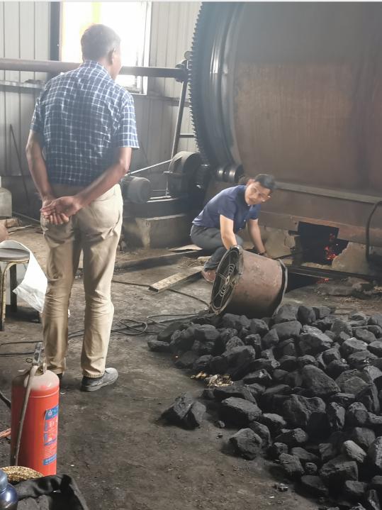 车间内堆放的转炉燃料:煤