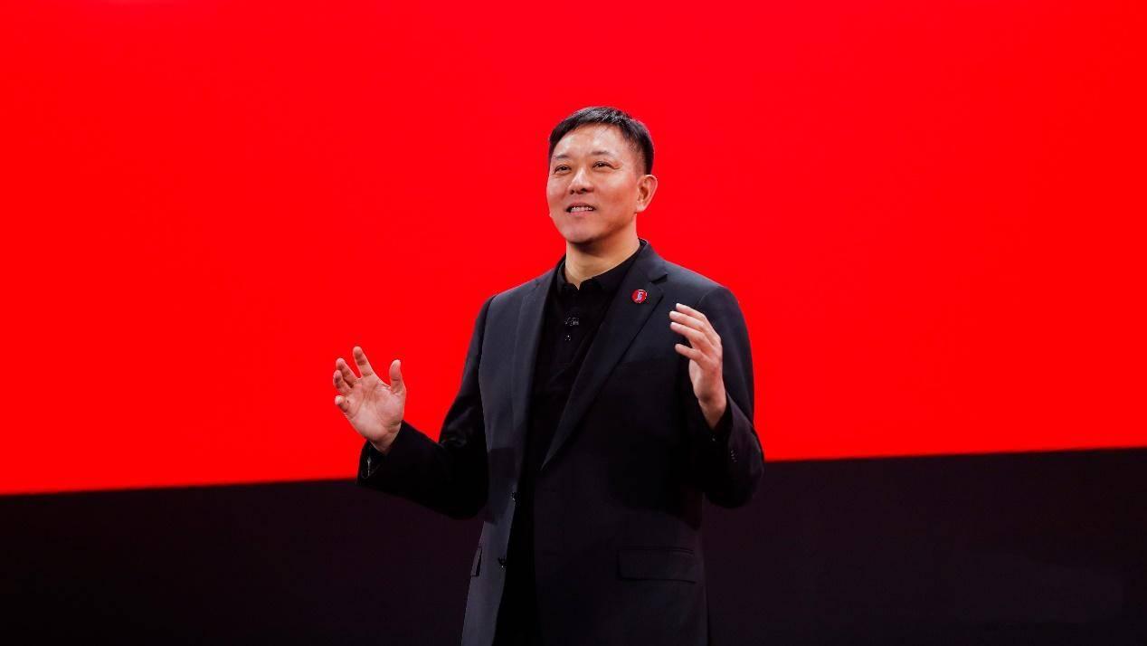 自2017年开启智能化变革以来,联想中国一直推动智能物联转型,加速自身业务的多元化发展步伐,并在PC业务之外打造了智慧服务这一新增长引擎。2019年,联想智慧服务营收突破50亿元,增速34.4%,预计2020年营收将突破70亿元。2020年Q1财季,联想中国智能物联转型持续高速增长,智慧服务业务和包括智慧教育、商用IoT等新兴业务在内的孵化域业务销售额双增长,同比分别高速增长了41%和67%,并在智慧城市、智慧教育、智慧农业、智慧能源、智慧商务等领域积累了丰富的经验和行业成功案例。