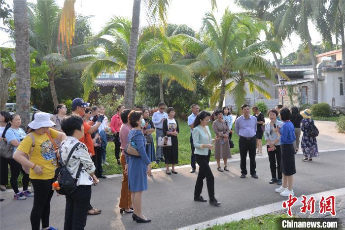游客在琼海市博鳌镇沙美村游览。凌楠 摄