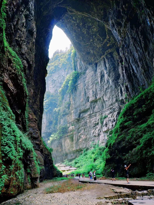"""亿万年的地质裂变,造就了 """"天生三桥"""" 奇特景观,尤其是从高空俯瞰,蔚为壮观。"""