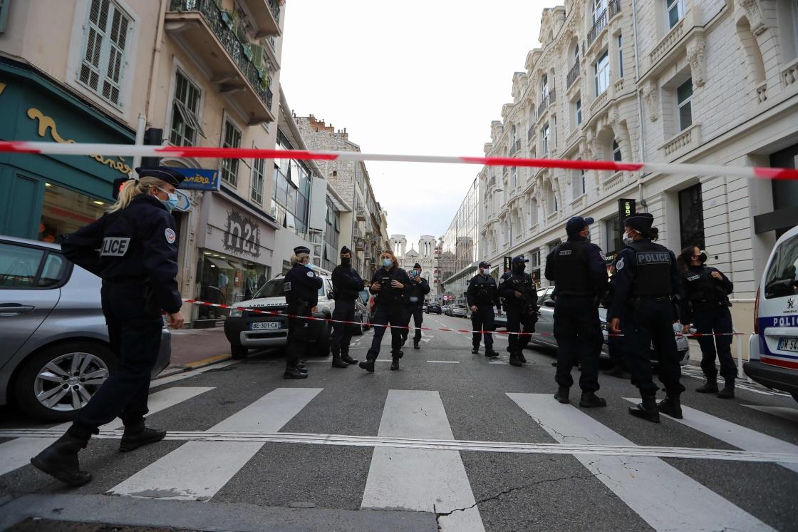 10月29日,在法国尼斯圣母大教堂外,警察封锁道路。新华社 图