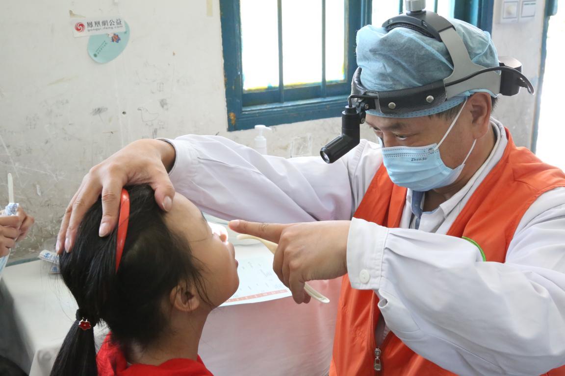 耳鼻喉科的医疗志愿者在进行检查