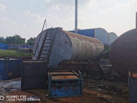 炼制后的成品油贮存于白色的铁罐内,共7.95吨