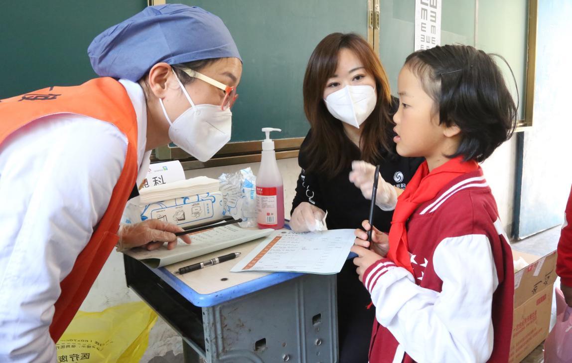 眼科的医疗志愿者正在检查与询问