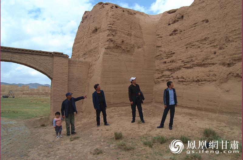 松山古城的守护者王锡林(左二)带天祝县博物馆副馆长谢能萨(右二)等考察古城 杨文远 摄