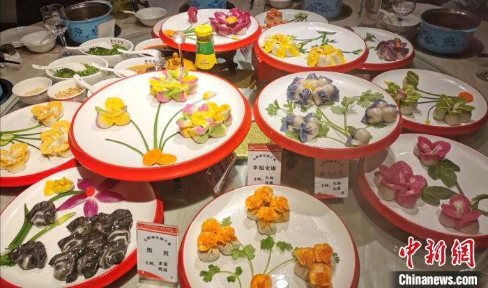 """每桌""""七彩饺子宴""""都可根据食客的口味,""""私人定制""""馅料。图为共12盘的饺子宴。 闫姣 摄"""
