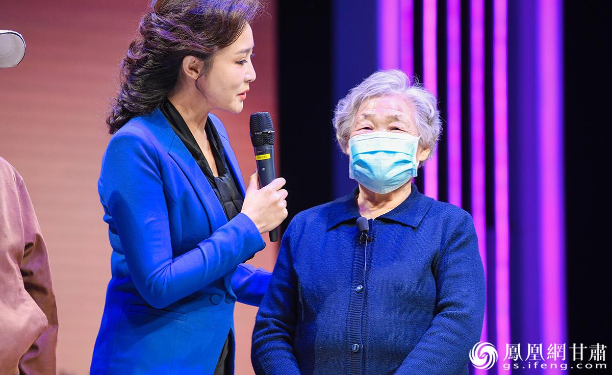 80岁的助产士张秀珍(右)在嘉峪关收获了爱情,也在嘉峪关扎了根。杨艺锴 摄