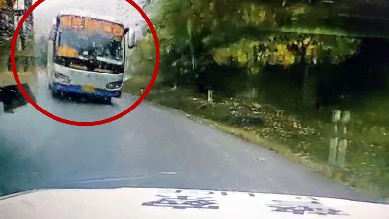 大客车弯道强行超车险撞上对向警车 车内警察吓得惊呼