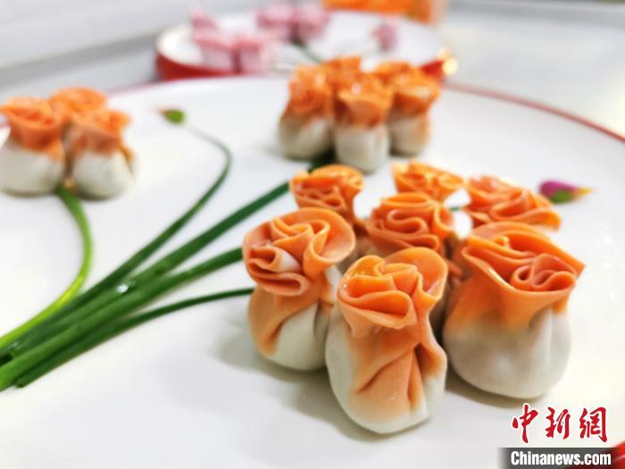"""图为以胡萝卜汁和面包成的""""花饺子"""",颜色艳丽。 闫姣 摄"""
