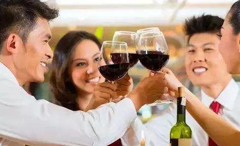 喝酒脸红可以治_喝酒后会引起头疼是什么原因?怎么避免和缓解头疼呢?_凤凰网