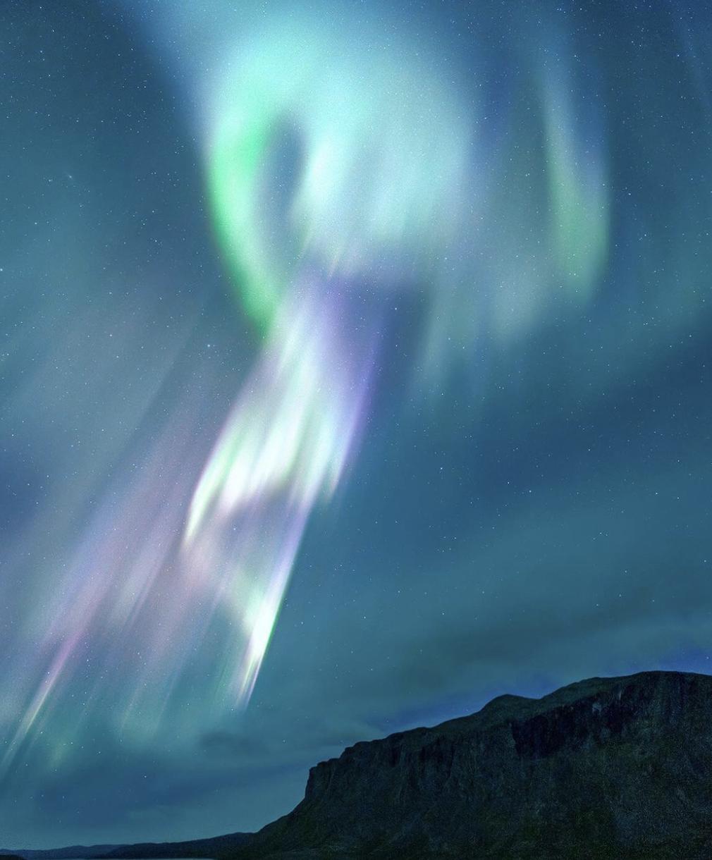 极光没有固定的型态、以绿、白、黄、蓝居多,偶尔也会呈现艳丽的红紫色。   Visit Arctic Europe 官网 图