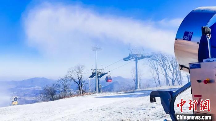 雪场积极造雪中。万科松花湖滑雪场供图