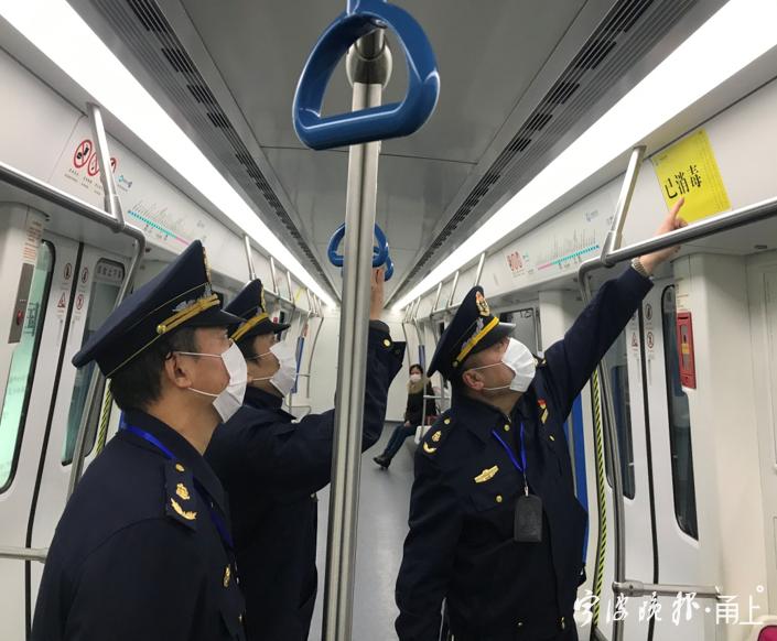 4(市交通执法队检查轨道车厢疫情防控落实情况).png