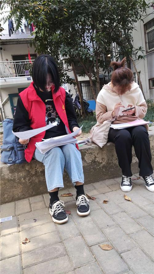 光明社区加班加点开展全国第七次人口普查工作