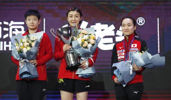 陈梦(中)哪个app能买篮彩女乒世界杯夺冠,孙颖莎(左)和伊藤美诚(右)分列二三位。