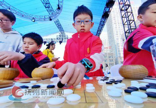 小棋手正在对弈。