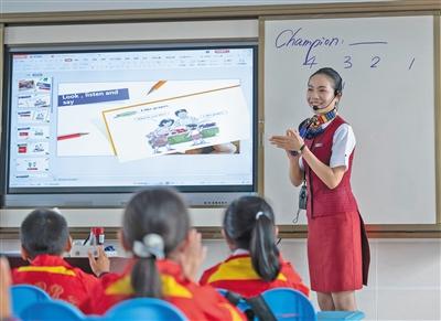10月28日,江口村小学,扶贫支教志愿者肖夏在为学生们上英语课。