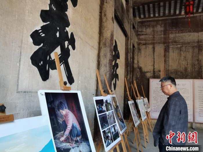 查济村一处古祠堂里用绘画作品展示当地民众生活 张强 摄