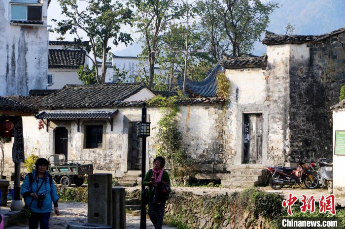 摄影爱好者在查济村采风 张强 摄