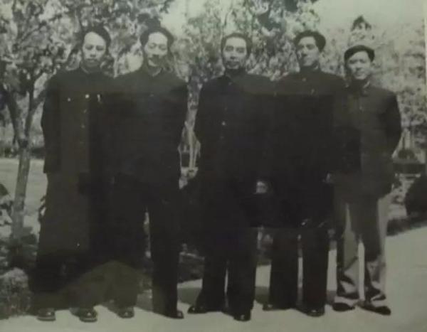 1958年3月,在成都中央政治局扩大会议期间,周总理和秘书。左起:周家鼎、顾明、周总理,及其他人员。图自北京日报