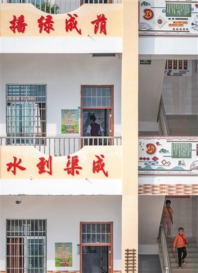 10月28日,江口村小学,扶贫支教志愿者肖夏走进教室准备上课。
