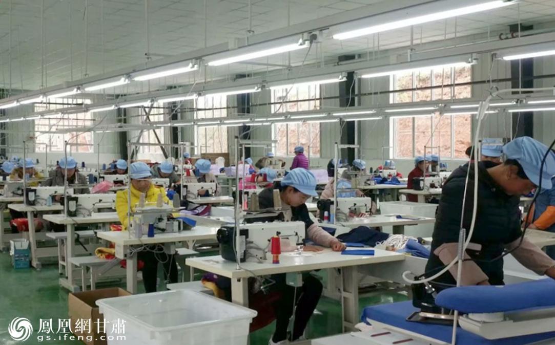 甘南州组建国有产业扶贫开发公司,建设扶贫车间吸纳贫困户就业增收。甘肃省供销联社供图