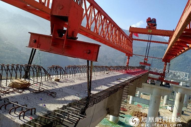 广平高速14标平武段最长大坪涪江特大桥首片丅梁成功架设