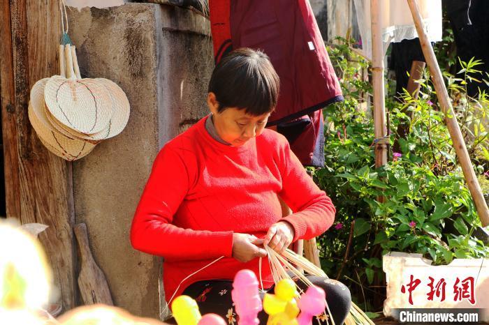 查济村村民向游客展示当地手工技艺 张强 摄