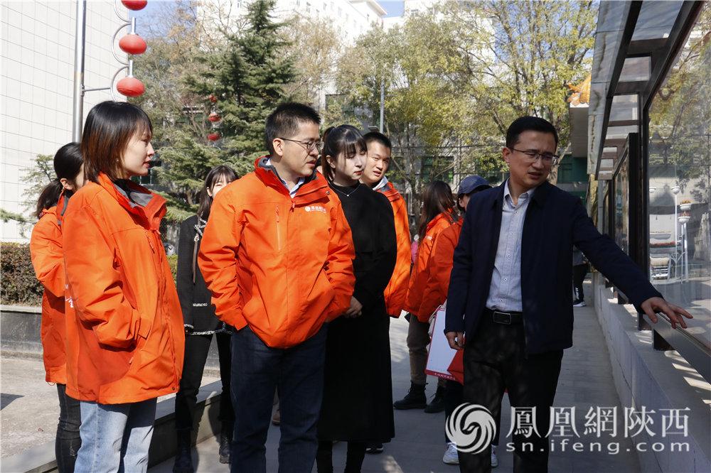 凤凰网网国际智库行走读团走进黄龙县法治文化广场