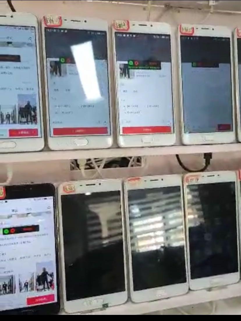 """这些销售""""群控""""系统的""""科技公司""""均宣称系统智能化,一人操控成百上千甚至上万台手机,自定义在直播间互动。"""