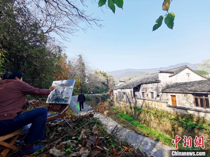 一位画家在查济村一隅写生 张强 摄