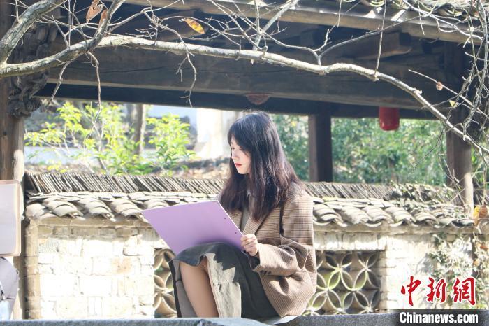 一位学生在查济村一隅写生 张强 摄