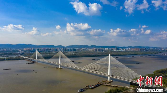 南京长江第五大桥由中交二航局参建,通车后将推动长江经济带发展,完善国家干线公路和长江下游地区过江通道布局。 赵振宇 摄