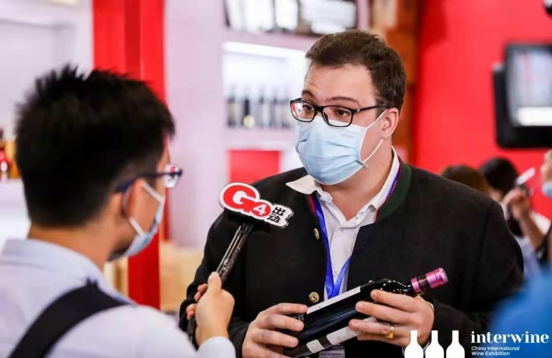 图为正在接受采访的中国(广州)国际名酒展国际展商