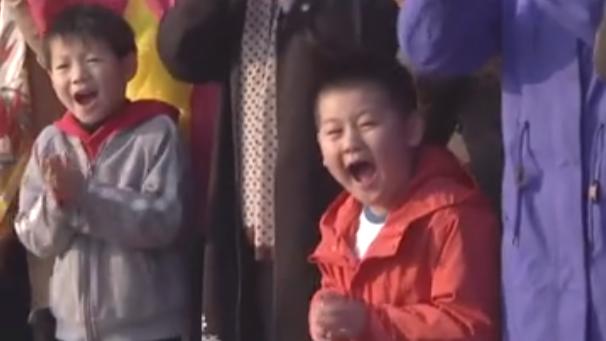 习近平和小朋友幽默互动 这一幕,超有爱!
