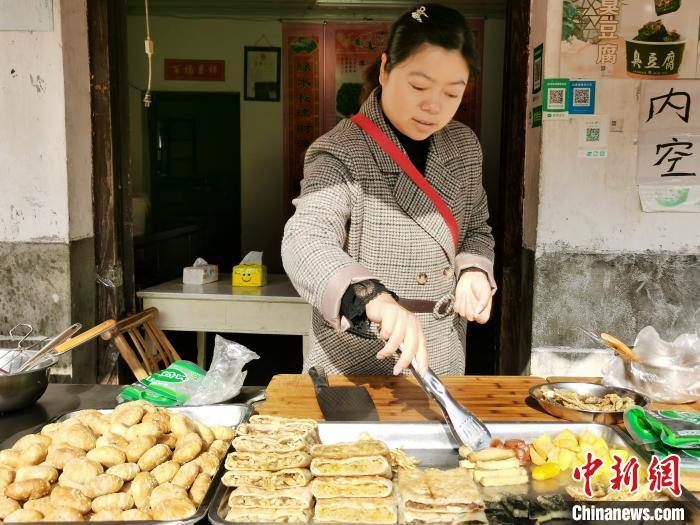 查济村村民向游客叫卖当地小吃 张强 摄