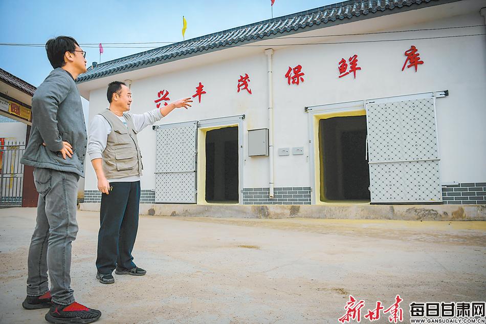 兰州市保健局驻武家窑村帮扶工作队帮助村里建设蔬菜冷库