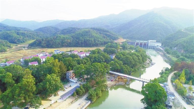 南羊村依山傍水,风景如画。本报记者 邹晓华摄
