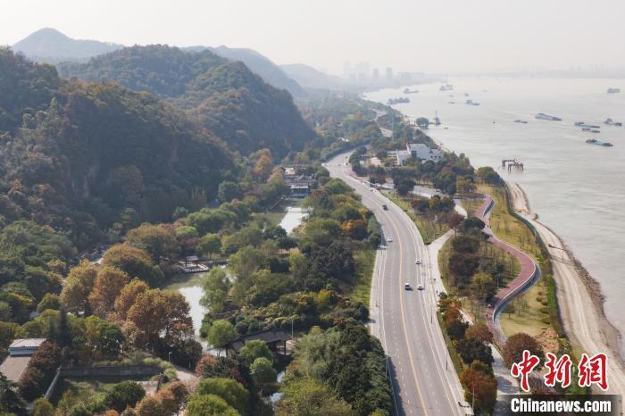 """从生产岸线到生态岸线长江南京段的绿色""""蝶变"""""""