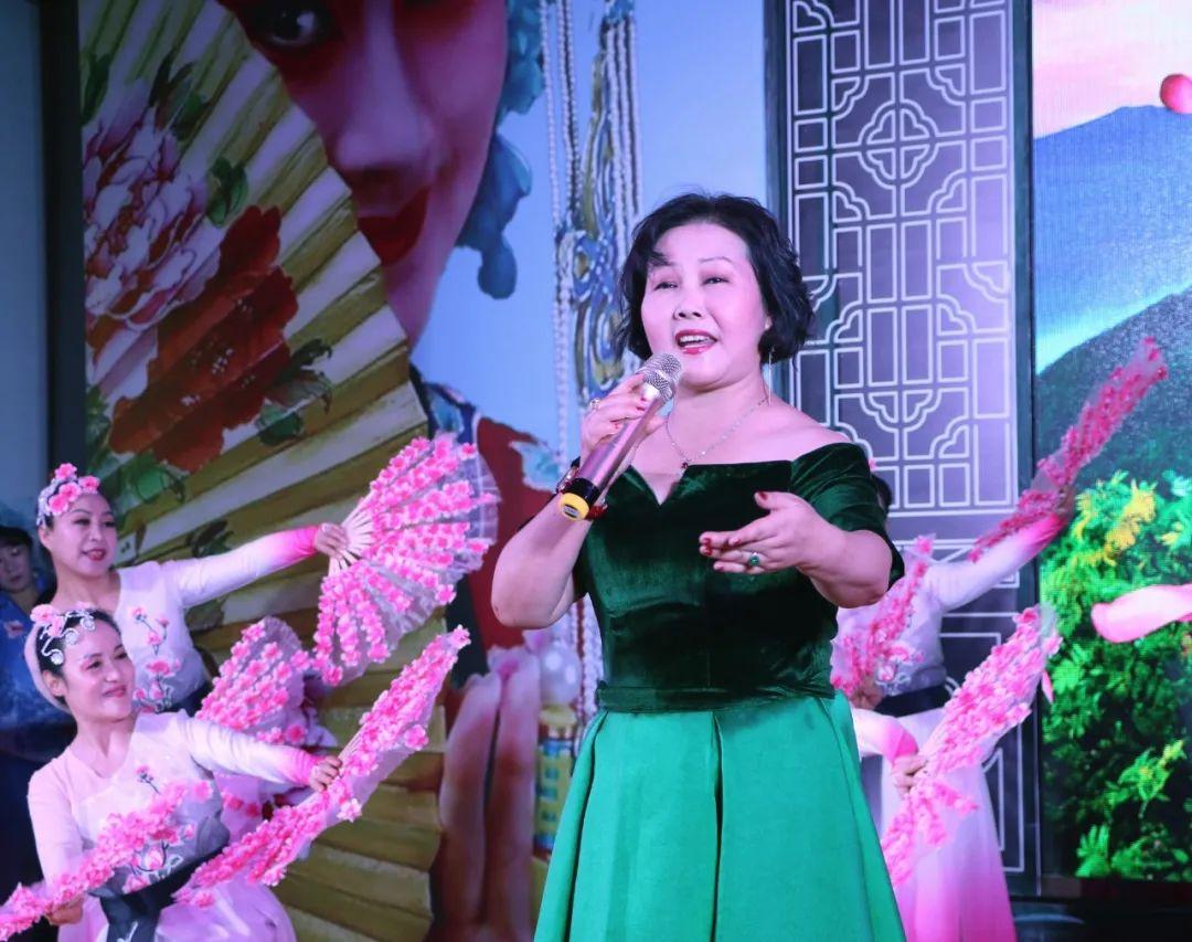 戏曲表演演唱《迟开的玫瑰》演唱者:杨娟