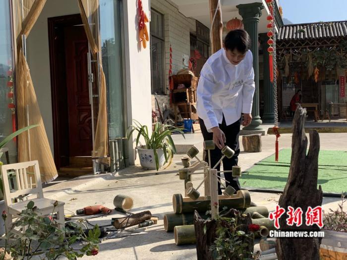 11月10日,农家乐老板杨新兵正在展示自己的竹艺工艺作品。 <a target='_blank' href='http://www.chinanews.com/' >中新网</a> 彭婧如 摄