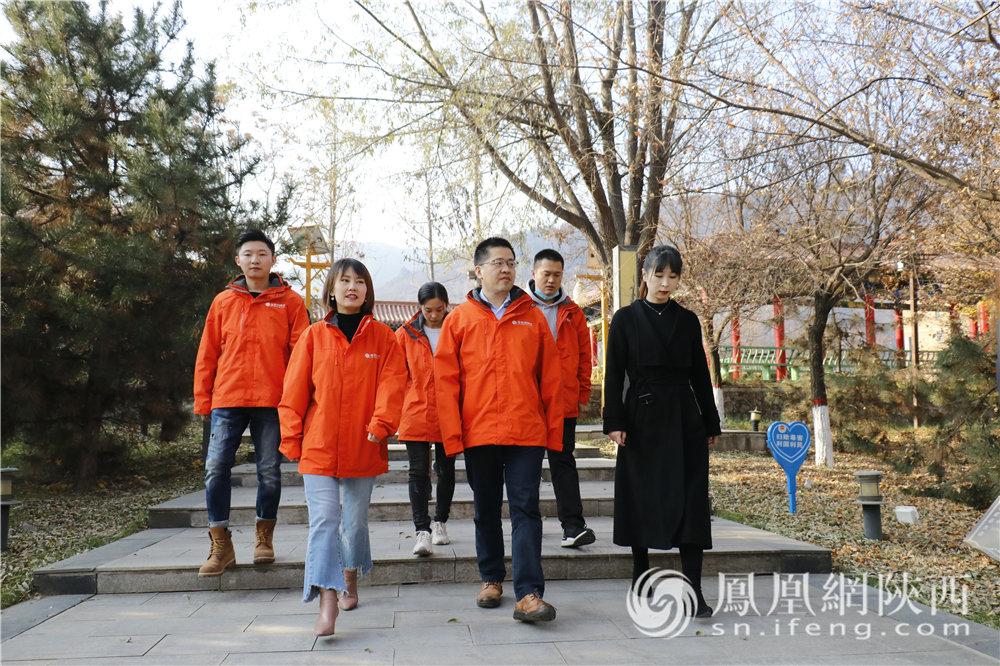 凤凰网网国际智库行走读团走进黄龙县宪法公园