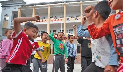 10月27日,江口村小学,学生在操场上玩耍。