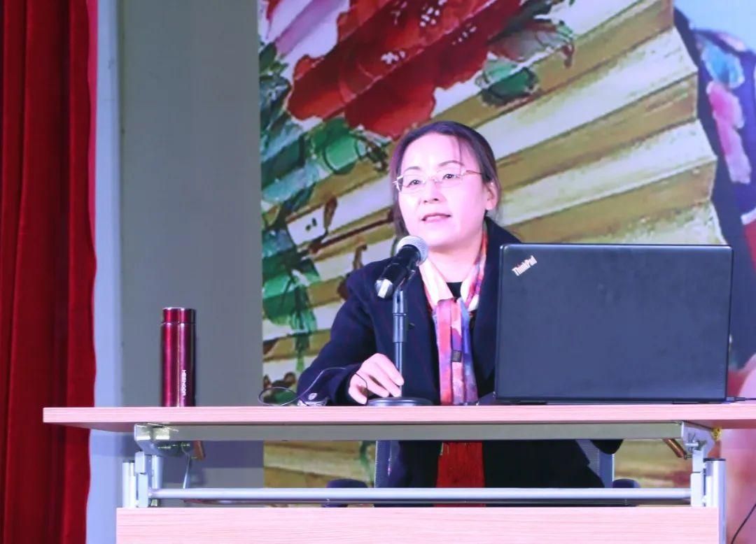 甘肃省非遗智库专家、兰州文理学院教授徐凤为非遗传承人授课