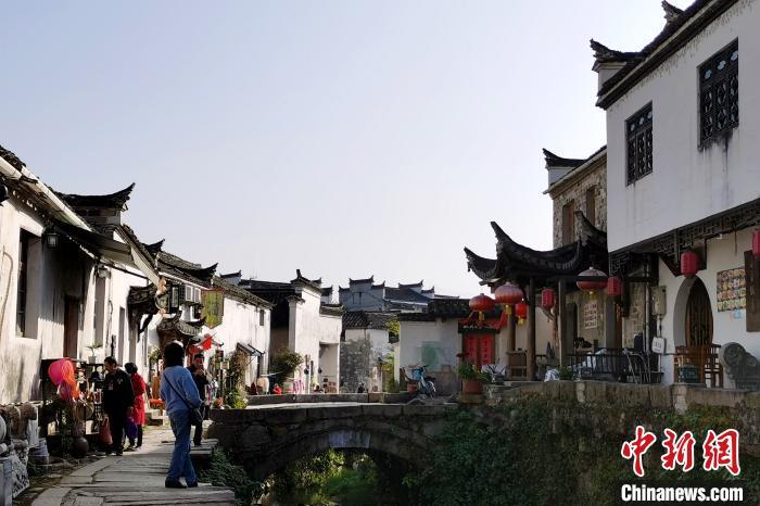游客在查济村拍照留念 张强 摄