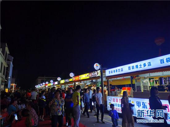 田野公园夜市摊位前生意火爆。新华网发