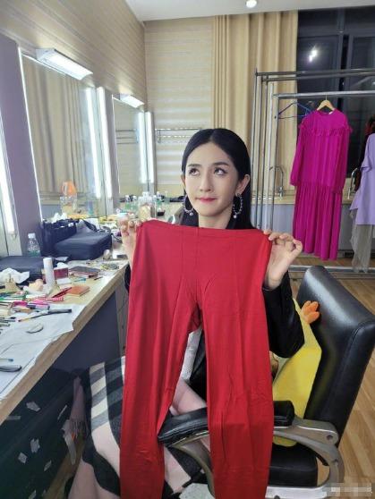 """謝娜收到王耀慶送的紅秋褲,滿臉嫌棄稱""""好開心啊!"""""""